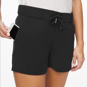 "lulu On the fly 2.5"" woven shorts"